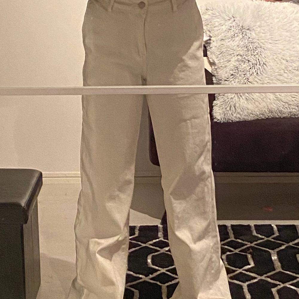 Vita jeans från Shein!                                       Använda 1 gång, i bra skick.                             För långa för mig som är 164 då dem släpar i marken.                                                           Storlek 36                                                             Köparen står för frakten (kan ej mötas upp pga Corona). Jeans & Byxor.