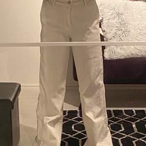 Vita jeans från Shein!                                       Använda 1 gång, i bra skick.                             För långa för mig som är 164 då dem släpar i marken.                                                           Storlek 36                                                             Köparen står för frakten (kan ej mötas upp pga Corona)