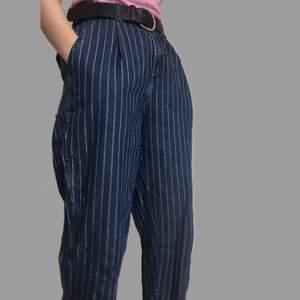 Ett par randiga byxor med lös passform från Monki. Säljs pga. för stor storlek, har använts ett fåtal gånger.