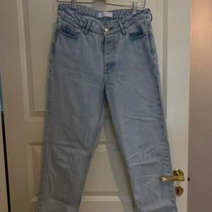 Mom jeans från SamsøeSamsøe! De sitter så bra och formar kroppen jättefint. Dessutom är kvaliteten jättebra! Köpte de för cirka 1000kr men är nu för små! Strl:36/38    🚚📦Köpren står för frakt📦🚚   Skriv för fler bilder, då bilderna där uppe ej gör de helt rättvisa!!