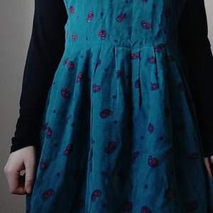 Superfin vintage manchesterklänning från märket Portraits by Northern Isles, inköpt på beyond retro. Storlek M (men skulle säga att den passar även L). ✨ Köpare står för frakt på 66kr.