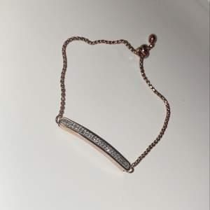 Ett justerbart armband med silverdiamanter som passar alla. Aldrig använt och köpte den begagnad för 200kr, sänker det till 50kr+25kr i frakt✨