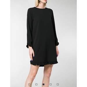 """GANNI""""AI.B"""" svart klänning med volanger Storlek 34 Nyskick  Längd: 92cm Material: 97% polyester - 3% elastan  *RÖKFRI OCH DJURFRI HEM*"""