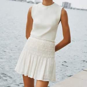 Lägger ut igen pga ångrande vid köp, SÅ FIN vit kjol köpt från zara, helt slutsåld och säljes då den är för stor för mig, har lite volanger och olika mönster🥰 Jag säljer för 150kr + frakt:) Hör av er vid intresse❣️❣️❣️