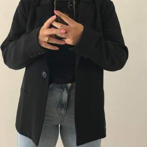 Så fin men jag har en massa nya blazers så jag känner att det är dags att släppa taget av en favorit :,(. Superfin verkigen, luftig, najs över ett linne under sommaren eller över en stickad tröja på hösten.  HÖGSTA BUD ATM:330kr