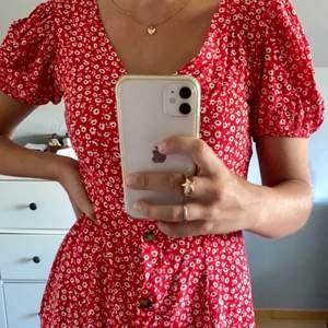 Supersöt klänning från HM i storlek 36. Klänningen slutar ovanför knäna. Köpare står för frakten!❤️❤️Buda i kommentarerna!