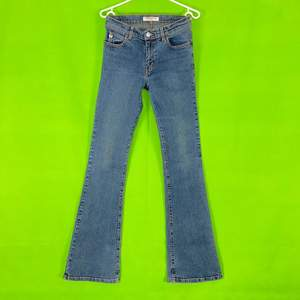 Miss Sixty jeans i bra skick! Jeansen har lite stretch. Står ingen storlek men skulle säga XS, kolla på måtten för att får exakt bild av hur dom är i storlek. Spårbar frakt på 66kr är inräknad i priset.