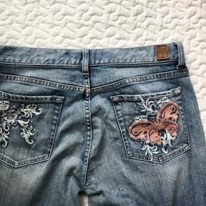 Vintage lågmidjade jeans från guess med fina detaljer, storlek W29 (skulle gissa på L32/34), lägg ej bud om du inte kan betala!💕