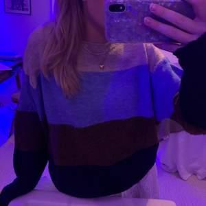 Stickad tröja från H&M. Den är väldigt nopprig och säljs därför jättebilligt.