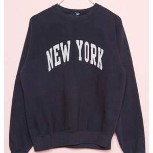 Säljer en nyc sweatshirt som är för liten för mig,den jag har är hel svart och inte mörk blå,den är somsagt bara testad 1 gång så är i nyskick