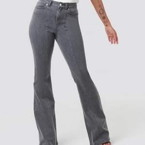 Superfina grå jeans från nakd som inte säljs längre. Skönt och stretchigt material🥰Säljer då dom inte kommer till användning. Jätte fint skick! Dom är som en 36 i storleken . Långa på mig som är 172