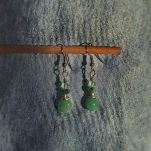 Ett par fina långhängande örhängen med gröna stenar/pärlor. Krokarna gjorda nickelfria, handgjorda och helt oanvända. Kan fraktas eller mötas upp i Stockholm/Huddinge. Skriv vid frågor!