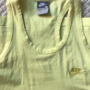 Vintage Nike med broderad logga. Bomullsjersey i fin citrongul färg. Perfekt skick! Strl M men passar även xs/s. Buda i kommentarerna <3