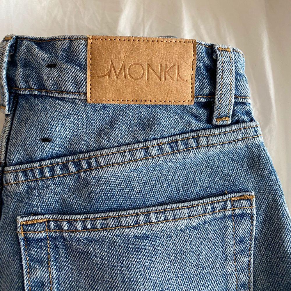 Jeans från monki aldrig använda storlek 24 är lite långa för mig passar dig som är runt 1,60 (står ej för frakten)🤍🤍 bud på 250!!. Jeans & Byxor.