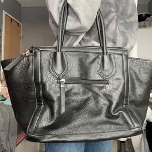 Stor väska med mycket utrymme. Både dragkedja i och och utanpå (sammanlagt 3). 2 små innerfack
