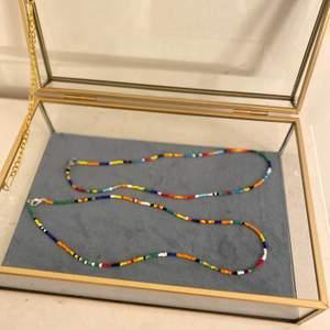 Handgjort halsband med olika färg kombinationer . Köper du ett halsband får du en ring på köpet . 💍 du kan också önska en design samt färger på pärlorna ❤️  fri frakt om du köper 2 varor . Frakten är 11kr. Man kan också beställa i vilken längd som helst 🤍 man får smycken i en liten låda