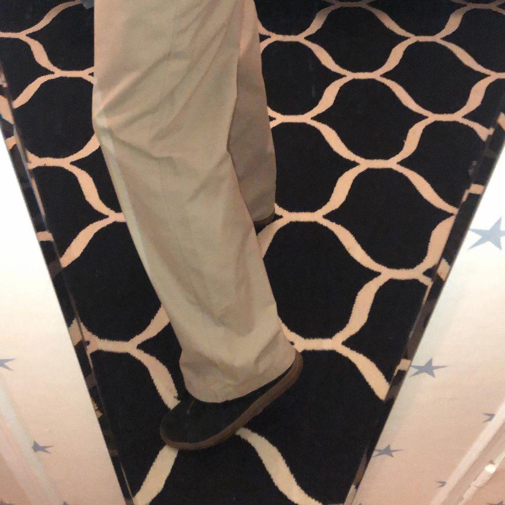 Skitsnygga väldigt baggy byxor i chinosmaterial. Två bakfickor och en liten ficka på vänster ben. Skriv privat för flera bilder🥰 Köpta på second hand därför det låga priset. Lite seg i gylfen men funkar, annars inga andra problem med byxorna. Står inga mått men de är perfekta i längd för dig som är mellan 170-185cm lång och har midjestorlek runt W32/33 i herr. . Jeans & Byxor.