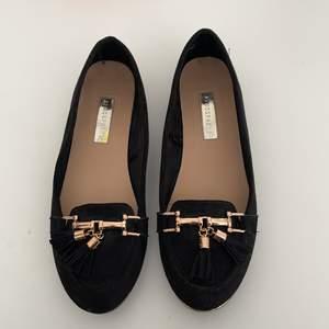 Jätte söta sandaler med guld detaljer från Atmosphere, knappt använda, storlek 38