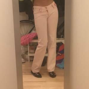 lågmidjade rosa jeans!! De har så många fina detaljer och är lite mer rosa än vad som är på bilden🥰🥰de är straight leg och jag är 175 cm lång! De har  fickor liknande true religion!!