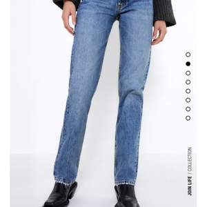 """Säljer dessa snygga slutsålda jeans från Zara i modellen """"Jeans Mid Rise Straight Full Lenght"""". Buda i kommentarerna!! 💕 Avslutas onsdag 17 Feb kl 20❤️ Högsta bud : 300, frakt tillkommer"""