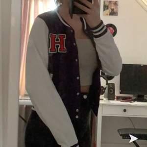 Populär baseball jacka, köpt här på plick men jag tyckte inte att jag passade i den. Storlek M men sitter som en S