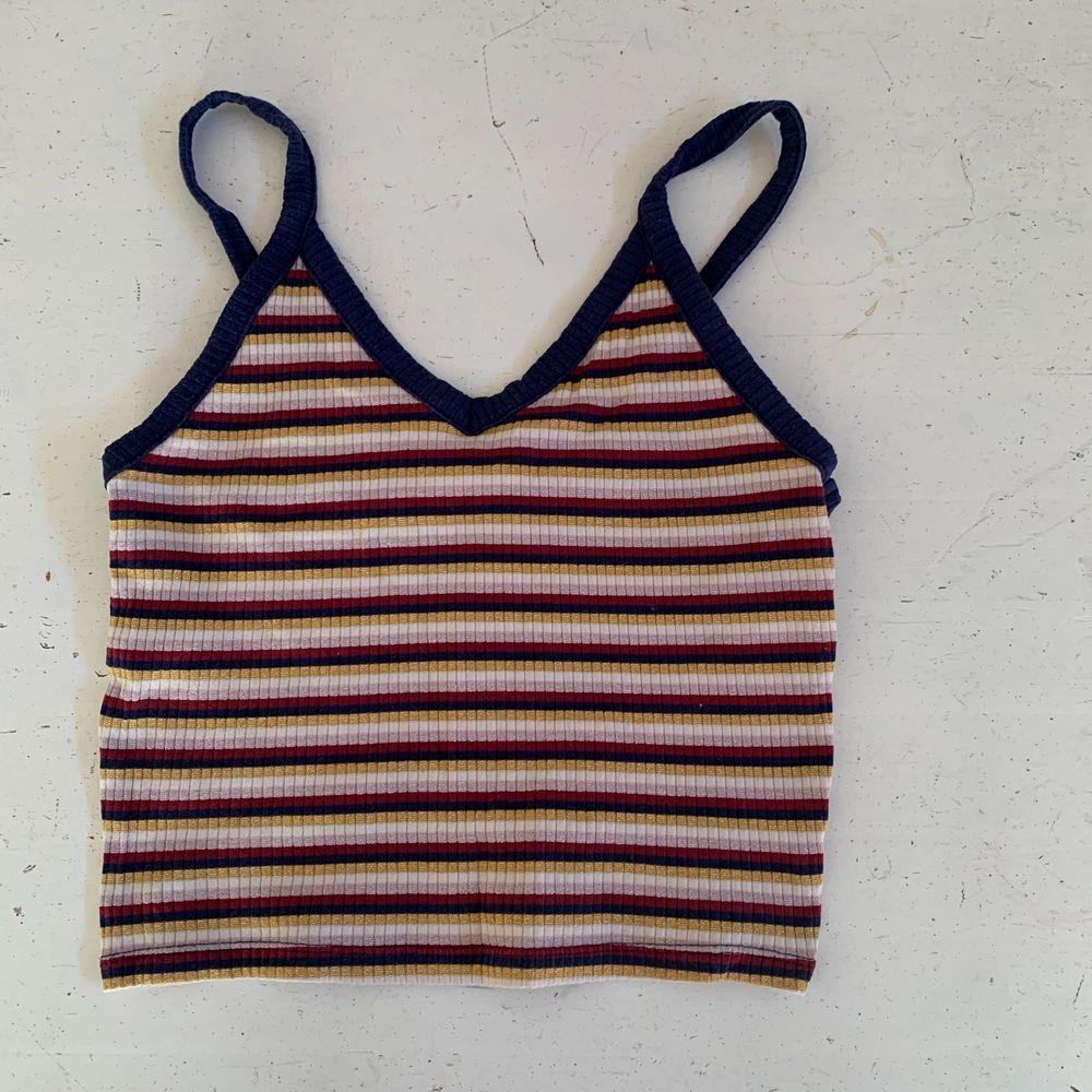 Superfint randigt linne från monki, köpt för ungefär 2-3 år sen men det är i väldigt fint skick, säljer pga att det inte används längre . Toppar.