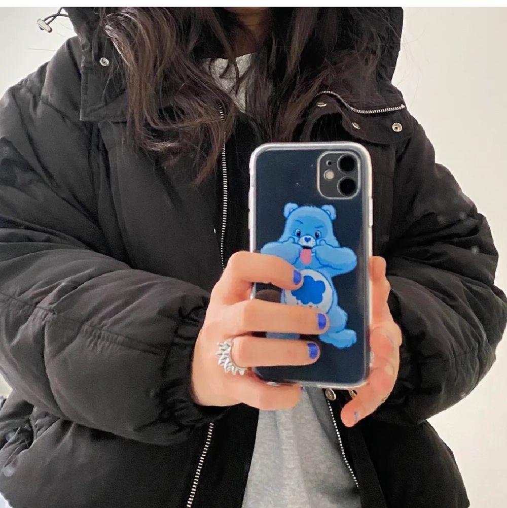 En sjukt fin jacka med luva. Den är varm och lite oversize. Köpt här på Plick. ¡ LÅNADE BILDER! Hör av dig för fler bilder eller frågor. Priset går att diskutera. Jackor.