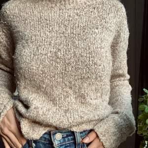 Stickad tröja i beige. Strl xs. Köpt på H&M 💛🧡💛 Skriv i kommentarerna eller kontakta mig vid intresse. Frakten tillkommer. Buda om fler är intresserade.