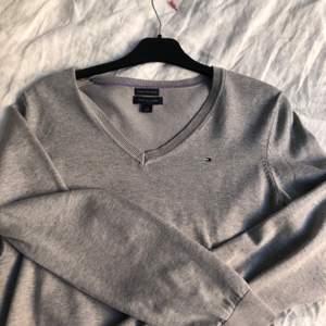 Grå oversized sweatshirt från Tommy hilfiger! I toppenskick trots vintage! Hör av er vid frågor:)