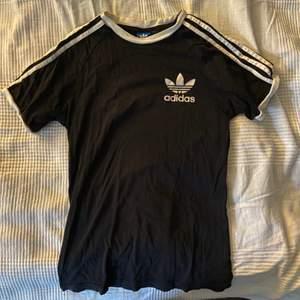 En svart Adidas tshirt i storlek M. Sparsamt använd. Säljer för 150 inklusive frakt. 💞🥰
