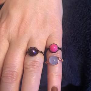 hemma gjorda ringar!! finns många olika storlekar, och pärlor och metaller ser ni på bild 2 & 3. En ring=20+frakt, 3=50+frakt <33 kontakta mig vid intresse!!