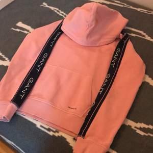 En snygg gant hoodie som jag bara har använt en gång. Fler bilder kan skickas vid intresse och pris kan diskuteras! Nypris 1200 kr.