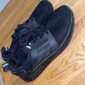 Helt nya oanvända svarta sneakers