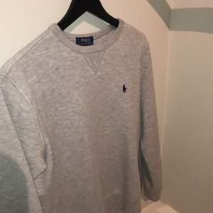 Jätteskön och snygg sweatshirt från Polo Ralph Lauren i storlek L (boys 14-16). Nypris ligger på runt 1000kr och säljer för endast 250kr. Passar dig som är mellan 165-175 lång. Säljer pga att jag inte har någon användning för den längre. Pris kan diskuteras!