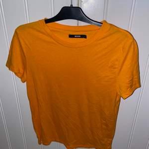 Säljer en orange t-shirt från bikbok i stl L men är liten i storlek så passar lika bra för mig som har storlek S.✨🦋