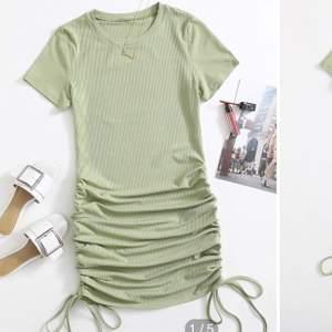 Mintgrön ribbad klänning med rysh och snörning i sidorna. Går att dra åt hur mycket eller lite man vill.💓💫