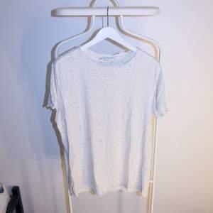 Go Vintage linne från J&J i gött skick skick! Storlek: SDirektpris: 35kr, Skriv buden till mig privat eller kommentera på bilden!  Kan även mötas upp mellan Varberg & Göteborg Köpare står för frakten (Du bestämmer vilket paket så länge det uppfyller vikt och storleks kraven)