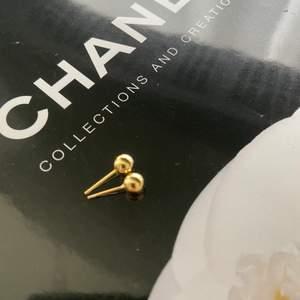 Gulligt litet öronhänge i guldfärg, nyskick 💛. Snyggt till alla lägen :)