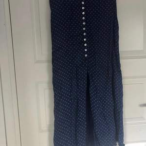 Midikjol köpt i en boutique i Spanien! Knappar på framsidan och resår på baksidan. Ingen utskriven storlek men sitter som 34/36