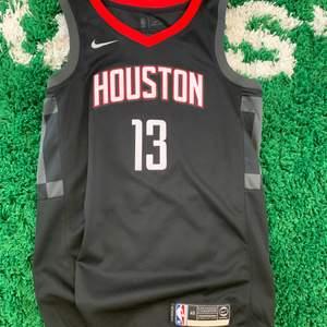 Houston Rockets NBA jersey linne. James Harden #13. Autentisk nba linne, nypris 899kr. Mitt pris 499kr. Nyskick. Nike. Storlek S men snarare M.