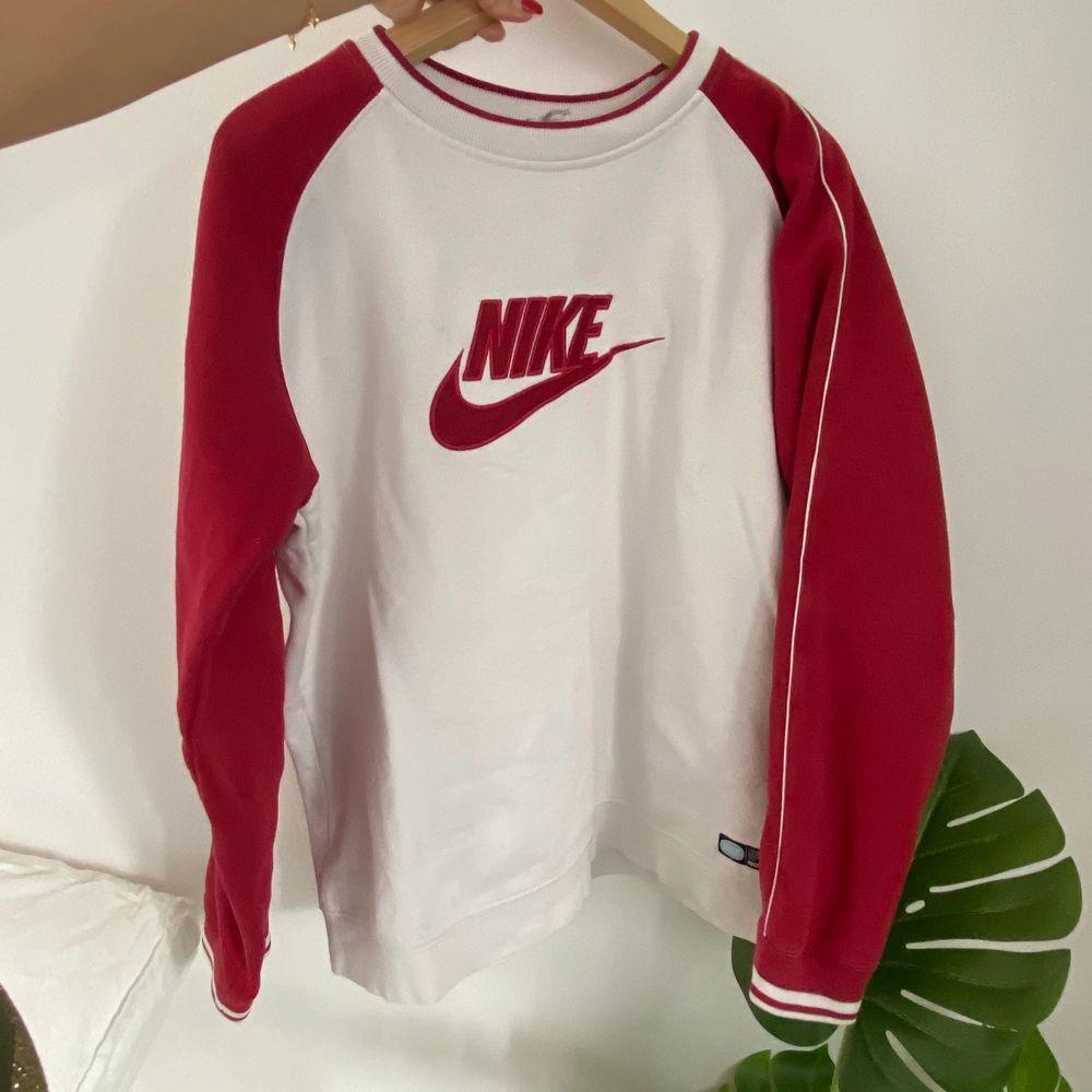 Nike sweatshirt köpt second hand! Lappen har blivit bortklippt men uppskattas vara en strl M. Har en liten fläck på baksidan, se bild 3, annars i toppenskick!❤️❤️❤️ startat budgivning då det fanns flera intresserade!. Tröjor & Koftor.