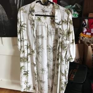 En superskön vit skjorta med gröna palmer och båtar på. Köpt på Dressman i storlek 3XL. Säljer pga den inte används längre. 70kr + frakt🥰