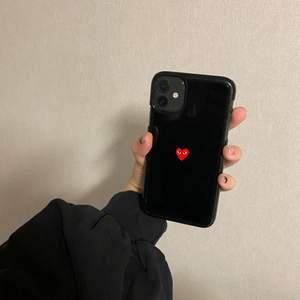 Säljer ett jättefint oanvänt Comme des Garçons skal så jag råkade beställa en i fel storlek! Passar Iphone 11 max/ Iphone 11 pro max💞 köpare står för frakt