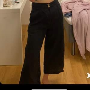 Säljer dessa sjukt fina byxor, linnebyxor isch i storlek 36 men de åker lite ner på mig annars sitter de så fint på! 110+ frakt eller buda💕