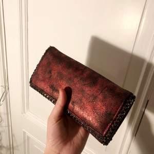 Snygg rödflammig plånbok inspirerad av Stella Mccartney med fin kedja och många fack att ha kort, mynt och sedlar i! Aldrig använd!! Kan fraktas 😻👍