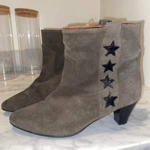 Väljer att sälja mina supersnygga boots då dom är alldeles för små :( De är äkta mocka och läder och jag köpte dem för 190 euro 💖