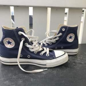 Säljer mina converse eftersom att det är för små! De har använts några gånger men är i bra skick. Storlek 36,5 men jag skulle säga att de även passar för dem med storlek 37! 350 kr inkl frakt:)