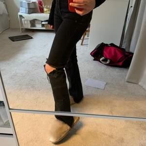 sjukt snygga jeans med egenklippta hål ifrån zara!!