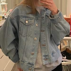 Kort jeansjacka från zara storlek XS