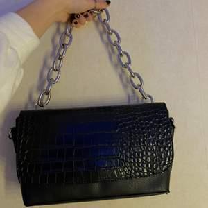 """Säljer denna sjukt fina väskan! Använd fåtal gånger och är rymlig. Har även ett """"fäste"""" på vardera sida där man kan hänga ett längre axelremsband. Jag har för mig att jag har köpt den från Nelly.com för ett bra tag sedan. Säljer för 150kr + frakt 🖤"""